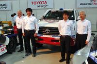 三橋 淳(写真左から2番目)をはじめとするダカールラリー参戦メンバーは、2014年1月18日にレースを終えたばかり。市販車部門の1位(総合21位)と2位(同24位)の座を獲得した。