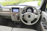 「アルトラパン」の運転席まわり。全車にチルトステアリングや運転席シートリフターなどの調整機構が備えられている。