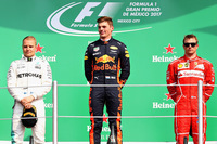 メキシコGPで優勝を飾ったレッドブルのマックス・フェルスタッペン(写真中央)、2位に入ったメルセデスのバルテリ・ボッタス(同左)、3位でレースを終えたフェラーリのキミ・ライコネン(同右)。(Photo=Red Bull Racing)