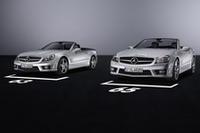 写真右がSL65 AMG、左がSL63 AMG。エクステリアデザインは共通。