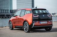 ユニークなサイドのウィンドウグラフィックは、BMWみずから「ストリーム・フロー」と呼ぶ。デザイン的なインパクトを企図すると同時に、後席に開放感をもたらしているだけでなく、ボディーの優れた空力特性も表現しているという。テールゲートは全面ガラス張りとなる。