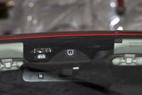 ルームミラーの近くに新たに設けられたカメラ。レーザーと併用することで、前方の物体がヒトかどうかを認識する。