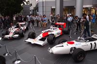 記者会見当日、会場となったホンダの青山本社前には、歴代のF1マシンが並べられた。