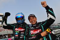 ガッツポーズの谷口信輝(写真左)と片岡龍也(同右)。チームに3年ぶりの栄冠をもたらした。