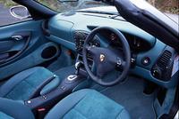 ボクスター2001年モデルでは、ノーマル、S、ともに新しい可変吸気システムが採用されたほか、サイドエアバッグが標準装備に、PSM(ポルシェスタビリティマネージメント)をオプションで搭載可能になった。