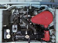 同じくカタログより。エンジンは2ストロークだが、スズキ初の水冷で、同じくスズキ初の3気筒。785ccから最高出力41ps/4000rpm、最大トルク8.1kgm/3500rpmを発生、前輪を駆動した。
