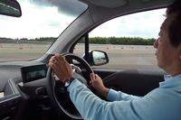 「BMW i3」のステアリングを握る筆者。
