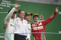 第14戦イタリアGPを制したメルセデスのニコ・ロズベルグ(右から2番目)、2位でレースを終えたメルセデスのルイス・ハミルトン(左)、3位に入ったフェラーリのセバスチャン・ベッテル(右)。(Photo=Mercedes)