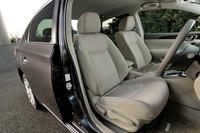 広々とした車内空間は従来モデルから受け継がれた美点。大幅に拡幅したボディーの恩恵で、ショルダールームは30mmも広げられている。