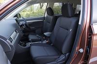 シート表皮はブラックのファブリックが全車共通。「24G」以外のグレードには本革シートもオプション設定。