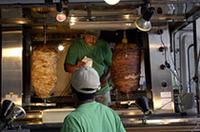 同じく「NAP JAPAN」。写真左がチキン、右は牛肉のケバブ。肉をナイフでそぎ切りし、千切りキャベツとともに袋状になったパン(?)に包み、ソースをかけて食べる。「辛くナイヨー!」の説明を信じて、チリソースのHot(Very Hotもある)を頼んだら、予想外にHotだった……。(webCGオオサワ)