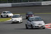 富士スピードウェイの本コースを走る「ABARTH DRIVING ACADEMY(アバルトドライビングアカデミー)」参加者のアバルト。