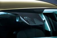 フロントウィンドウに設けられた「アクティブ・シティ・ストップ」のセンサー。車両間の相対速度差が15km/h未満の場合は追突を回避。15-30km/hでは、衝突のダメージを軽減することができる。