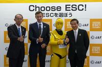 左からボッシュ株式会社の織田秀明取締役社長、コンティネンタル・オートモーティブ株式会社のディートマー・ジィームセン代表取締役兼CEO、キャンペーンイメージキャラクターを挟んで社団法人日本自動車連盟の久米正一専務理事。