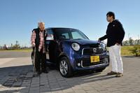 2012年11月1日にデビューした「ホンダN-ONE」。自然吸気モデルもあるものの、今回はターボモデルをテストした。試乗に臨んだのは、自動車テクノロジーライターの松本英雄氏(写真右)と、自動車評論家の徳大寺有恒氏(同左)。