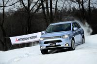 北海道・新千歳モーターランドにて、特設の雪上コースを行く「三菱アウトランダーPHEV」。