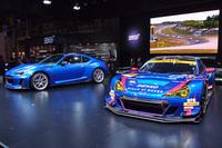 スバル/STIブースの中央に並べられた2台。左はコンセプトモデル「STI Performance Concept」で、右はSUPER GTの2016年シーズンを戦う「スバルBRZ GT300 2016」。