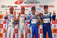 2016年シーズンのタイトルを獲得し、笑顔を見せる4人。写真左から、GT500クラスで優勝したNo.39 DENSO KOBELCO SARD RC Fのヘイキ・コバライネン、平手晃平、GT300クラスを制したNo.25 VivaC 86 MCの土屋武士、松井孝允。