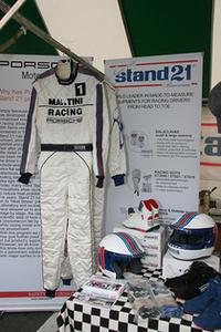 パドックに並んでいたエンスーなショップで見つけた逸品。「スタンド21」のブースにあった、マルティニ・ストライプ入りのレーシングギア一式。カッチョイイ〜。
