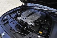 「BMW550iグランツーリスモ」などに積まれるのと同じ4.4リッターV8ツインターボユニット。8段ATとのマッチングも良好で、100km/hのクルージングでは1500-1600rpmで温和に回るプレミアム感を感じさせる一方、アクセルペダルを踏み込むや、ケンカにも強そうな表情も見せる。