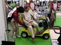 お年寄りの足、電動クルマ椅子なども展示される。