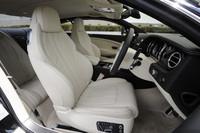 手仕事で仕立てられるインテリア。前席の背もたれをスリム化するなどした結果、後席のニールームは46mm広くなった。