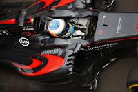 日本GPでの「GP2エンジン発言」で物議を醸したマクラーレンのフェルナンド・アロンソ(写真)はロシアでGP出場250戦目。グリッドではクルーとともに日本風に鉢巻きを巻いてチームとの協調姿勢を示す場面も見られた。来季をにらんだ改変を行い、まずまずの手応えをつかんだホンダのパワーユニットをもって、ジェンソン・バトンは予選13位から9位入賞。各種ユニット交換のペナルティーで19番グリッドからスタートしたアロンソも10位でゴールしたが、コースカットでレースタイムに5秒加算のペナルティーを受けたため、11位に。惜しくもダブル入賞を逃した。(Photo=McLaren)