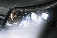 カスタムに標準装備されるオートレベリング機能付きLEDヘッドランプ。LEDのヘッドランプへの採用は、軽のガソリン車ではこれが初だ。
