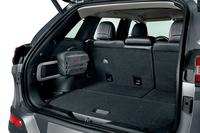 「オフロードキット」は、アウトドアで役立つアイテムを専用バッグにまとめたもの。写真のように、荷室左側のレールに固定することができる(Jeepラックカーゴマネジメントシステム)。