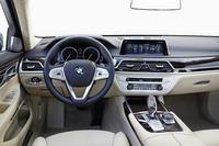「BMW 7シリーズ」のインストゥルメントパネル。操作系は最新のBMWの流れを継いだもの。「メルセデス・ベンツSクラス」や「アウディA8」など個性が強いライバルに挑む。