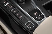 センターコンソールには、走行モードの選択ボタンや運転支援システムのオン/オフスイッチが並ぶ。