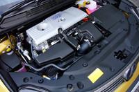基本的に「トヨタ・プリウス」と変わらない心臓部。1.8リッターのガソリンエンジンと電気モーターを組み合わせる。