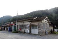 秩父鉄道の駅は、どれもこれもホントに趣深い。記者のお気に入りは写真の波久礼駅と、樋口駅、そして線路側から見た長瀞駅の駅舎である。