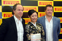 フォトセッションでのひとこま。写真左から、ピレリジャパンのマルコ・エッリ代表取締役社長、安藤美姫さん、そしてピレリのモータースポーツ・ダイレクター ポール・ヘンベリー氏。