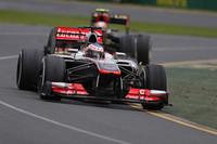 安定したレギュレーション下で、多くのチームがマシンのコンセプトを大きく変えなかったなか、大胆な変革に踏み込んだのがマクラーレンだった。前プルロッドサスという前年のフェラーリに倣った新型は、1年前のフェラーリ同様に扱いづらいマシンと化し、冬のテストからチームを悩ませている。2012年のオープニングレースを制したジェンソン・バトン(写真)は予選10位から9位完走、ザウバーから今年移籍してきたセルジオ・ペレスは予選でQ2どまりの15位タイム、決勝ではポイント圏外の11位と散々なリザルトだった。(Photo=McLaren)