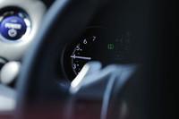 ハイブリッドカー「レクサスCT200h」のパワーメーターは、走行モードを「SPORT」にするとタコメーター(写真)へと変化する。