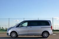 日本国内では2015年10月に発売された3代目「メルセデス・ベンツVクラス」。今回テストした標準ボディー車のほかに、全長を245mm延長した「ロング」と、ホイールベースを230mm、全長を475mm延長した「エクストラロング」の計3タイプがラインナップされている。