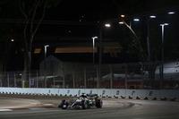 金曜日の2回目のフリー走行でハイドロリック系のトラブルに見舞われたハミルトン(写真)はセットアップを決め切れず、ブレーキング時に不安定さを露呈。予選ではロズベルグに0.7秒もの大差をつけられ3位。レースではブレーキを気にしながらの走行で一時は4位に落ちるも、「プランB」と呼ばれる作戦変更で何とか3位奪還に成功した。レース前にあった2点のリードは、ロズベルグ3連勝で8点のビハインドに転じた。(Photo=Mercedes)