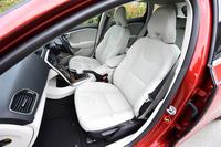 「V40 T4 SE」のシート地は、ウエットスーツにヒントを得たというT-Tecとテキスタイルのコンビが採用される。