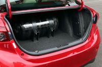 トランクに200気圧の高圧カーボン繊維CNGタンクが収まる。