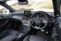 「Aクラス」の内装色はブラックのみで「A250シュポルト 4MATIC」と「AMG A45 4MATIC」では各所に赤いアクセントが施されている。
