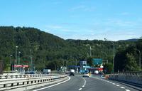 アペニン山脈をまたぐフィレンツェ―ボローニャ間は、A1号線「太陽の道」における最大の難所。にもかかわらず、1960年開通当時のままの片側2車線である。