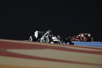 浮き沈みの激しいレースを3位で終えたロズベルグ(手前)は、今回もハミルトンの鼻を明かすことはできず。まずは予選とスタートでハミルトンの前に出ないと、背後からのチャンピオン攻略はなかなか難しい。ロズベルグは今季4戦すべてで予選と決勝順位が同じ唯一のドライバーである。(Photo=Mercedes)