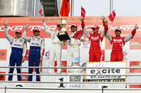 GT500クラスのポディウム。中央のウィナー、道上龍は3年ぶり、小暮卓史にとっては初のGT勝利。左の2位はNSXを駆ったセバスチャン・フィリップと細川慎弥、そして右の3位はZをドライブしたミハエル・クルムと山本左近。