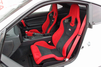 専用のスポーツシート。乗車定員は、ノーマル車の4人に対して2人に変更されている。