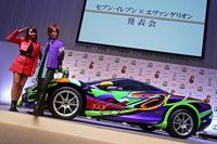 『セブン-イレブン×エヴァンゲリオン』発表会にて、「ミツオカ・オロチ」の限定モデルと、タレントのDAIGOさん(右)、加藤夏希さん(左)。