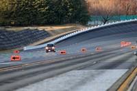 ブリヂストンプルービンググラウンドの様子。写真は高速周回路でテスト中の「ダイハツ・ムーヴ」。