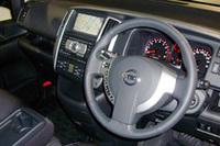 左右対称だったインパネは、ドライバー寄りの意匠に変更された。