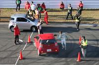 6人のトップドライバーが2チームに分かれ、スラロームや車庫入れなどが設けられたホームストレート上のコースで競ったiQジムカーナ。