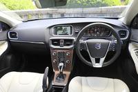 「V40 D4 SE」のインストゥルメントパネルまわり。内外装とも、従来のガソリン車からの大きな変更点はない。